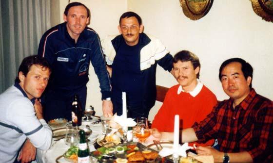 Klaus Kappe (3. von links) mit den Weltklassespielern Milan Orlowski, Dragutin Surbek, Rolf Wosik, Liang Geliang nach einem Tischtennisturnier des TSV-Untergrombach